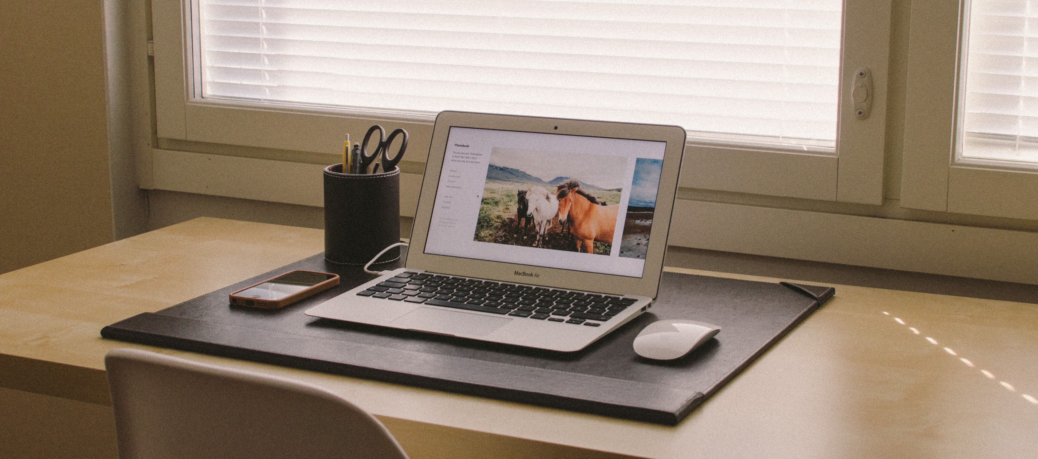 apple-iphone-smartphone-desk.jpg